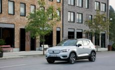 271704_volvo_xc40_recharge_p8_awd_in_glacier_silver-1250x833.jpg